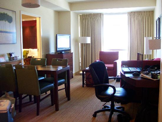 Residence Inn Norfolk Downtown: sitting area between two bedrooms