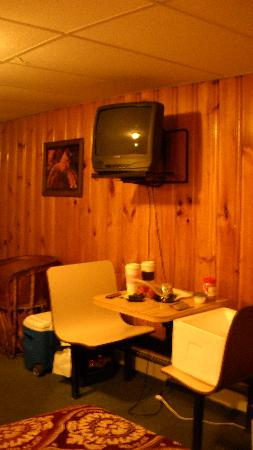Mountain Peaks Motel : The lovely dinette and narrow-screen tv