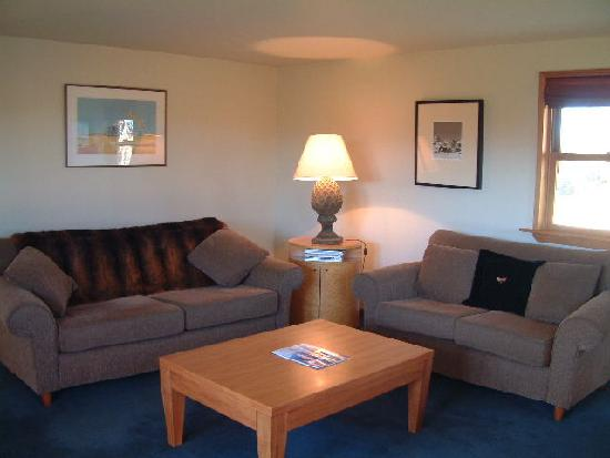 Whitestone Cottages: lounge with gas fireplace