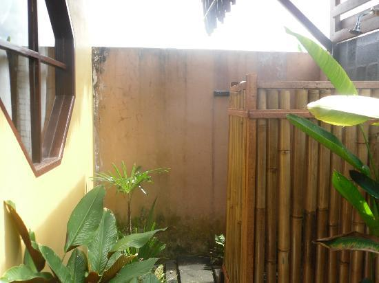 Tirtarum Villas, Canggu Bali: Outside shower