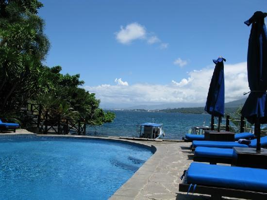 Lembeh Resort: Die Lembeh Strasse vom Pool aus gesehen