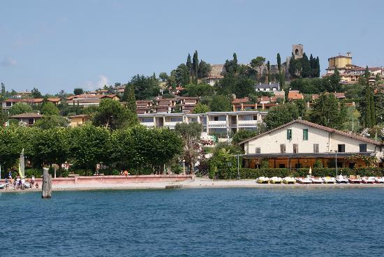 La Giolosa Wellness Resort: Moniga del Garda, met resort vanaf het meer