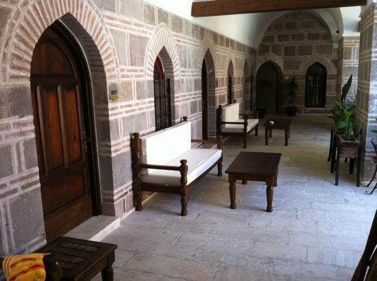 Kanuni Kervansaray Historical Hotel : entrée des chambres