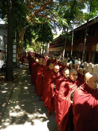 Amarapura, พม่า: Haciendo cola para comer.