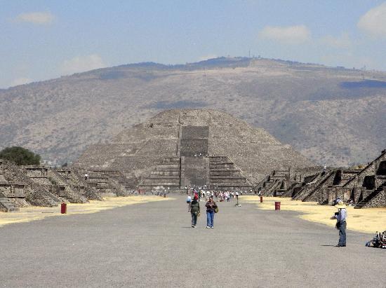 Teotihuacan: Im Hintergrund die Mondpyramide