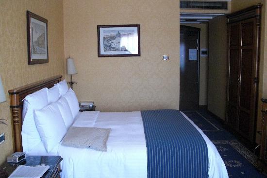 โรงแรมโรม มาร์ริออทท์พาร์ค: Hubby thought bed was comfy - I didn't like the feather bed pad beneath the sheet.