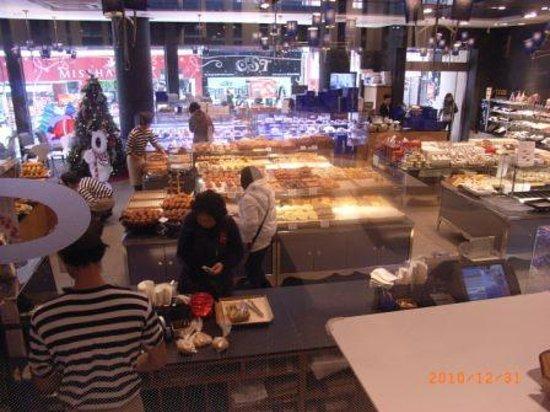 Paris Baguette (Nampodong): パリバゲット内部 カフェコーナーから