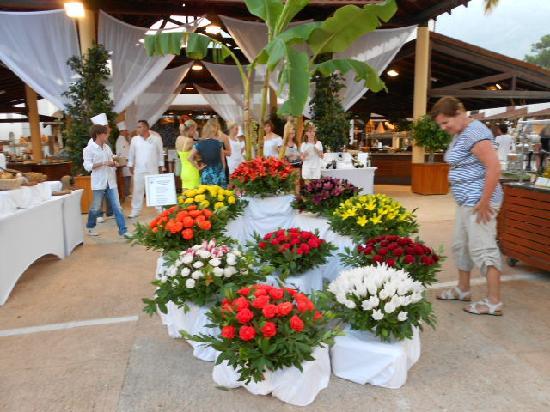 Club Med Palmiye: Jolie déco fleurie à l'entrée d'un restaurant
