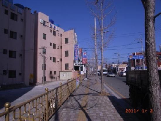 Hyundai Sutbul Galbi: (行き方2)ホームプラスの裏手の道を右に進みます。