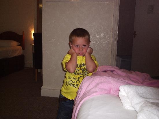 هابي ريترن هوتل: little man in the room