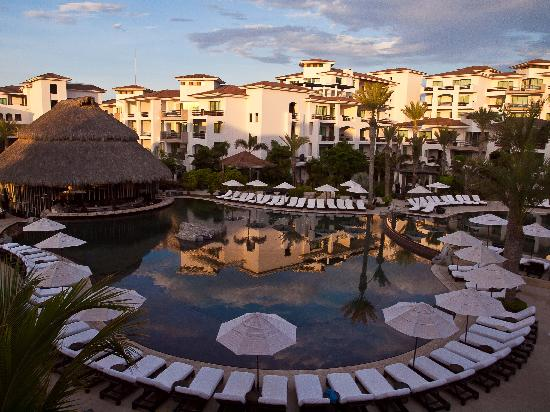 Cabo Azul Resort: Reflection in the pool of buildings