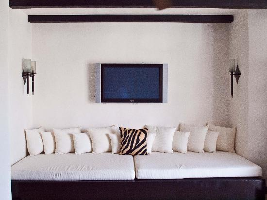 Cabo Azul Resort: Penthouse couch and television in Villa 2303