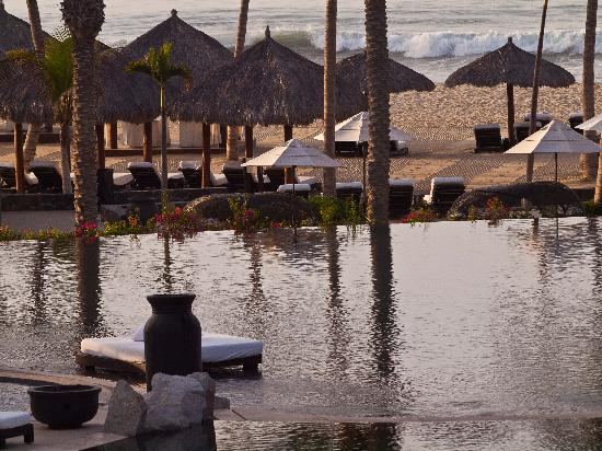 Cabo Azul Resort : Pool reflection in morning