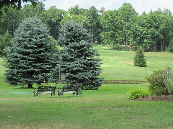 Merriland Farms Golf Course : benches near a tee