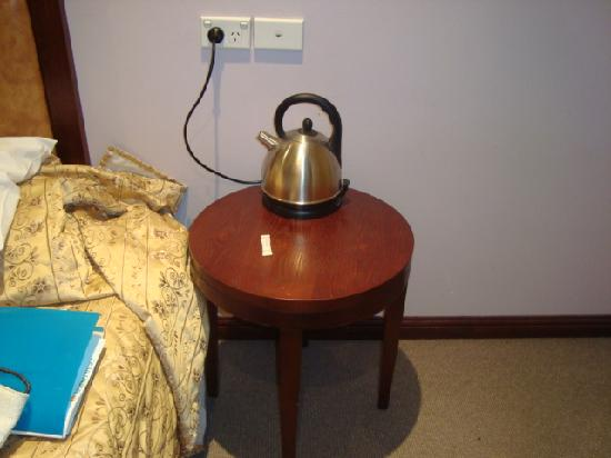 City Lodge: Kettle on the only table at side of bed
