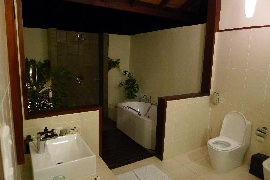 Robinson Club Maldives: bathroom