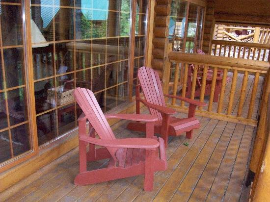 Cathedral Mountain Lodge: Veranda