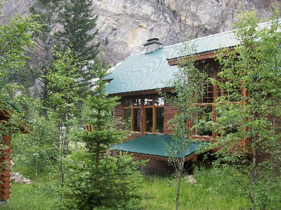 Cathedral Mountain Lodge: Blick auf das Haupthaus (Checkin, Restaurant)