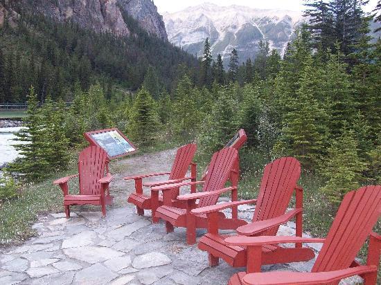 Cathedral Mountain Lodge: Sitzplätze am Fluss