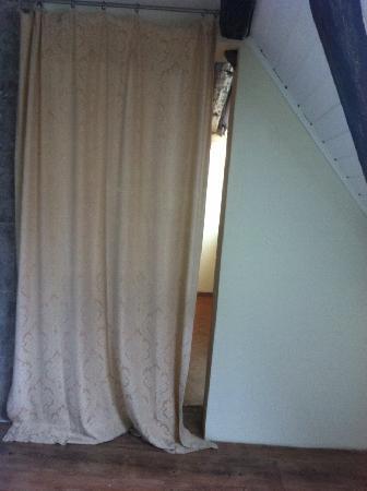 Rheinischer Hof : Blick von WC in Diele/Miniküche Vorhang geschlossen