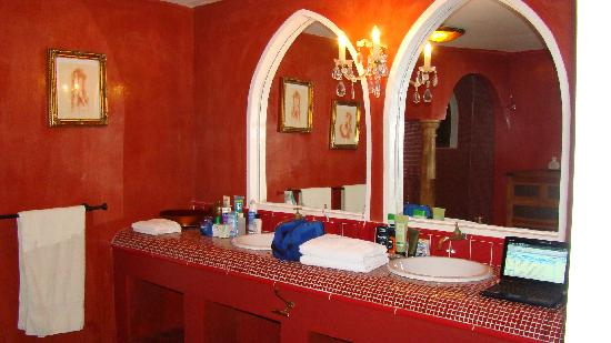 Sol e Luna Romantic Inn: red marble bathroom
