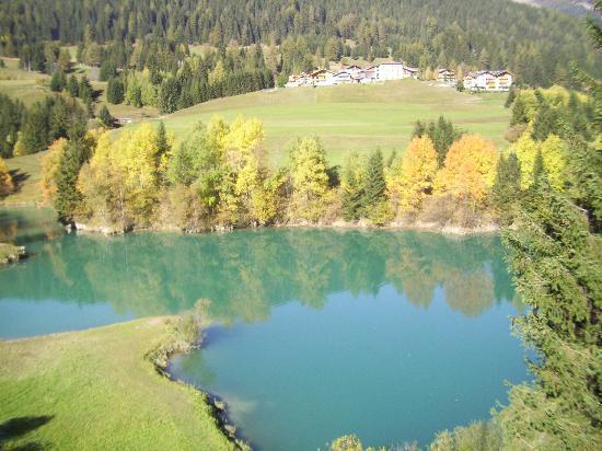 Hotel Cristallo: Gorgeous blue lake we stopped at on way to the mountain range