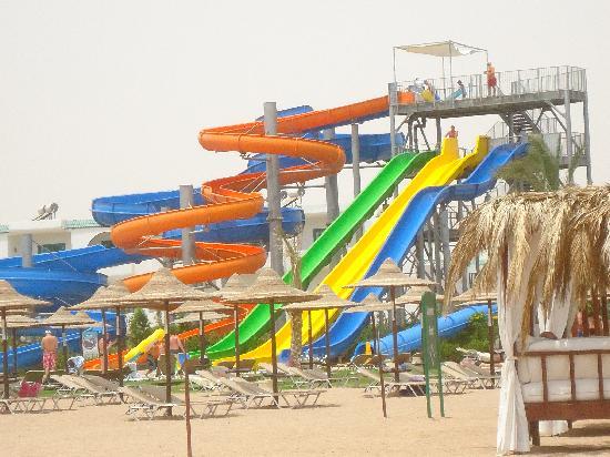 Jaz Aquamarine Resort: De glijbanen vanaf het strand