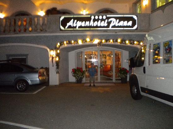 Alpenhotel Plaza: Foto notturna dell'hotel