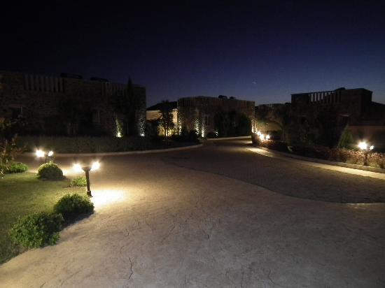 Restia Suites Exclusive Resort : The walk to our room at night