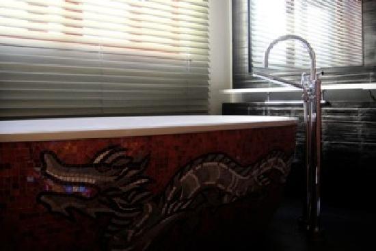 Buddha-Bar Hotel Prague: Bathtub (mirrow in the back has a TV!!)