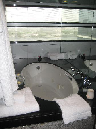 Hilton Dubai Creek: Spa bath