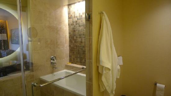 Miyako Hybrid Hotel: Einblick ins Bad