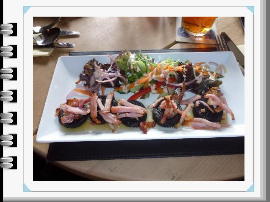 Ye Olde Dun Cow Inn: Starter-Bacon and black pudding!