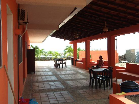 La Posada del Capitan Henry: Rooms area, terrace and parking. .