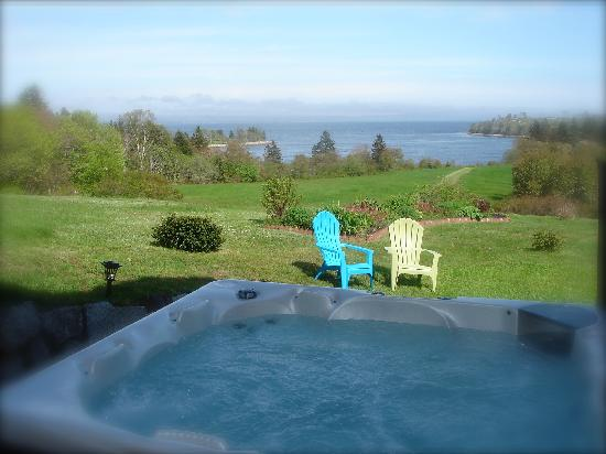 Gray Gables Bed and Breakfast: Outdoor Hot Tub