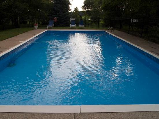 The Swan Motel: Clean and inviting pool in a quiet garden setting
