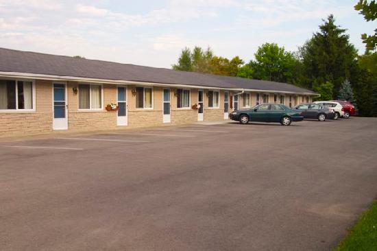 The Swan Motel: Convenient parking at your door