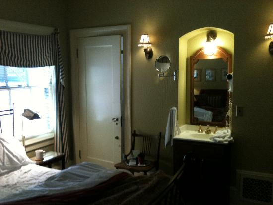 Applewood Inn: dark & un-inviting room