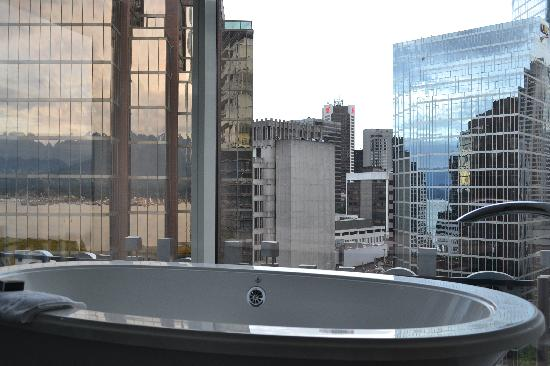 Fairmont Pacific Rim: bath tub with a view!