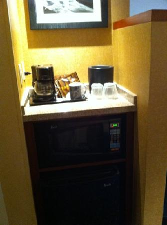 Courtyard Santa Clarita Valencia: fridge and coffee and microwave