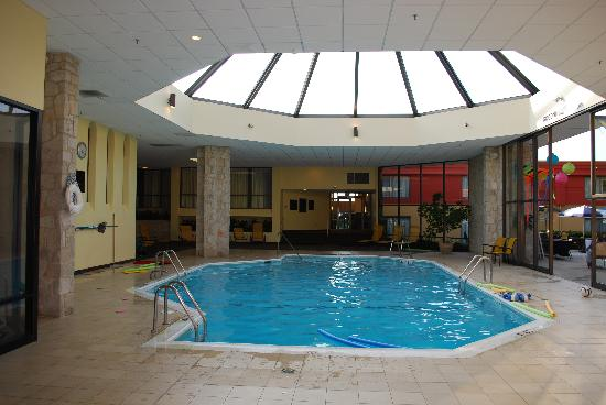 Wyomissing, Пенсильвания: The pool - right next to open patio in summer but warm in winter