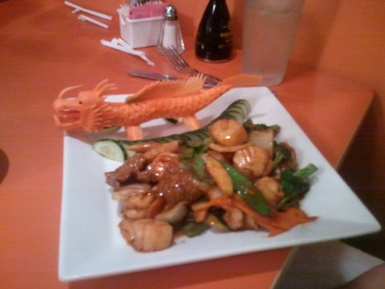 Wong's Eighth Wonder Kitchen: Scallops with a dragon (sorry about the bad focus)