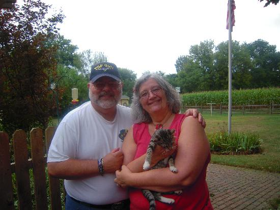 Osceola Mill House Bed and Breakfast : Ron and Pat with Earl, the cute little kitten!