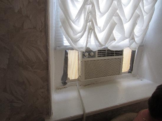 Trinity House Inn: air conditioner put in with duct tape