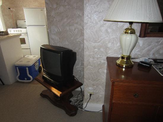 Trinity House Inn: lamp that sizzles by tv when you turn it on