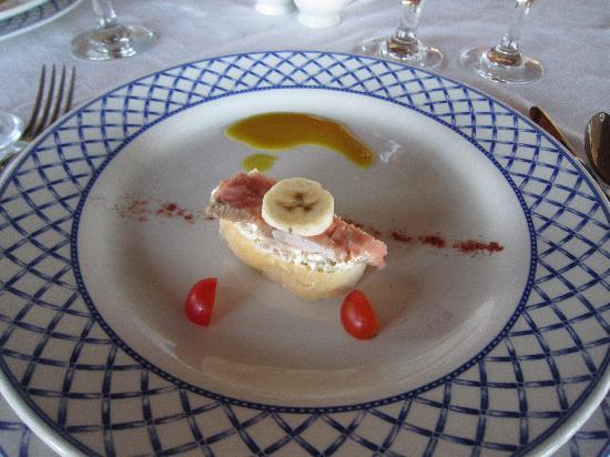 Melia Buenavista: gala  dinner appetizer - bread w/ cream cheese, salmon and banana!