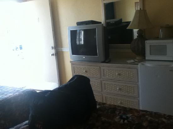 Bay Breeze Motel: T.V., microwave, and mini fridge