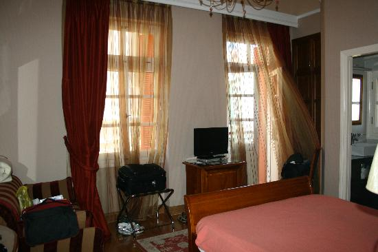 Aetoma Hotel: sunlit rooms with AC and fresh air