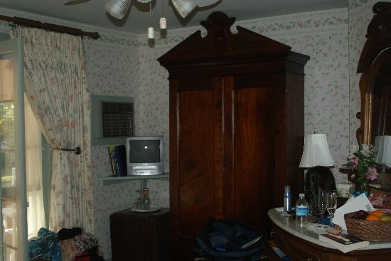Henry Sawyer Inn: First Floor Room