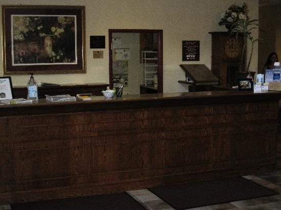 GrandStay Hotel & Suites Chaska: Front desk- what's missing from this photo? Oh yes, the Best Western staff!